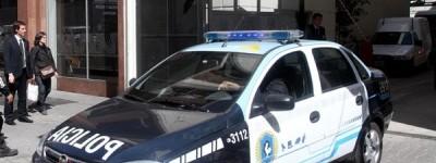 Tres hombres fueron detenidos por colgar un perro de un puente y golpearlo