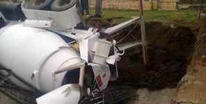 Un camión volcador cayó a un pozo donde instalaban una antena