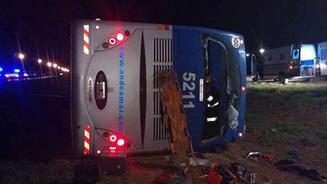 Dos muertos tras volcar un colectivo de Andesmar con destino a Mendoza