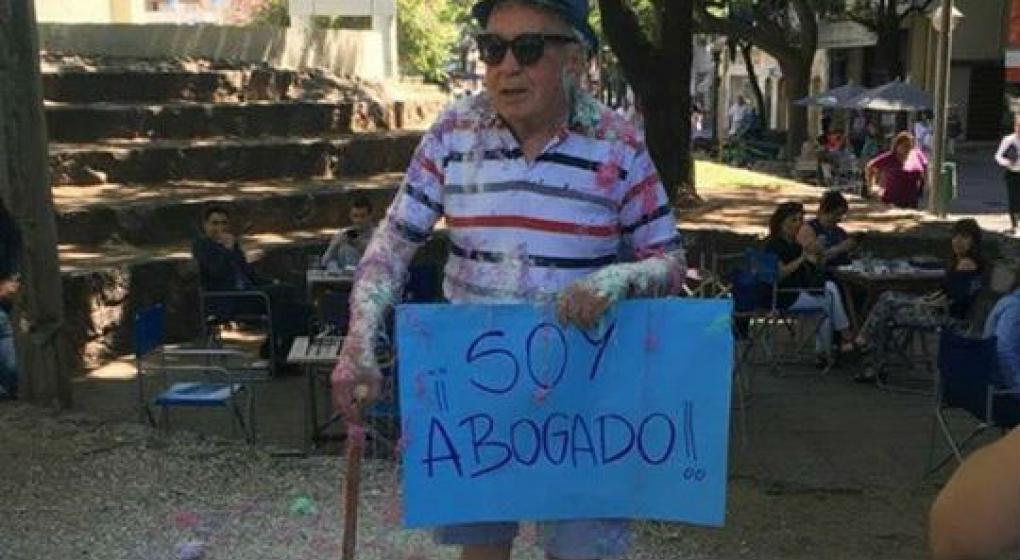 Es ciego, sordo y se recibió de abogado a los 82 años