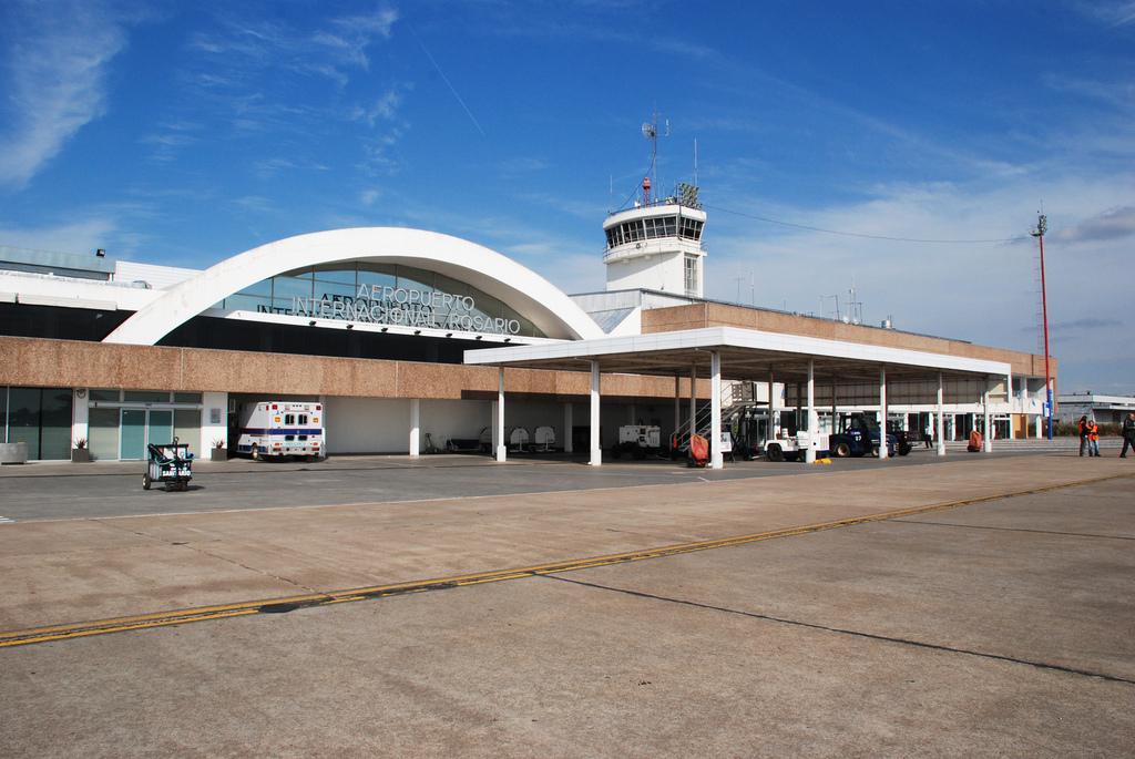 Escándalo en el aeropuerto de Rosario por pelea entre padres y policías