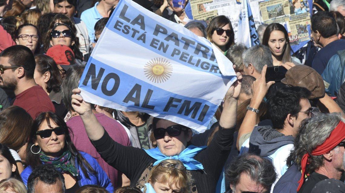 Miles de argentinos rechazan la decisión de pedir ayuda al FMI