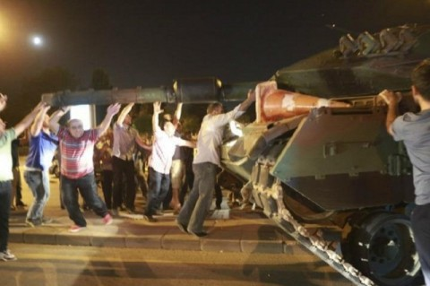 Ciudadanos resistiendo el intento de golpe de Estado en Turquía