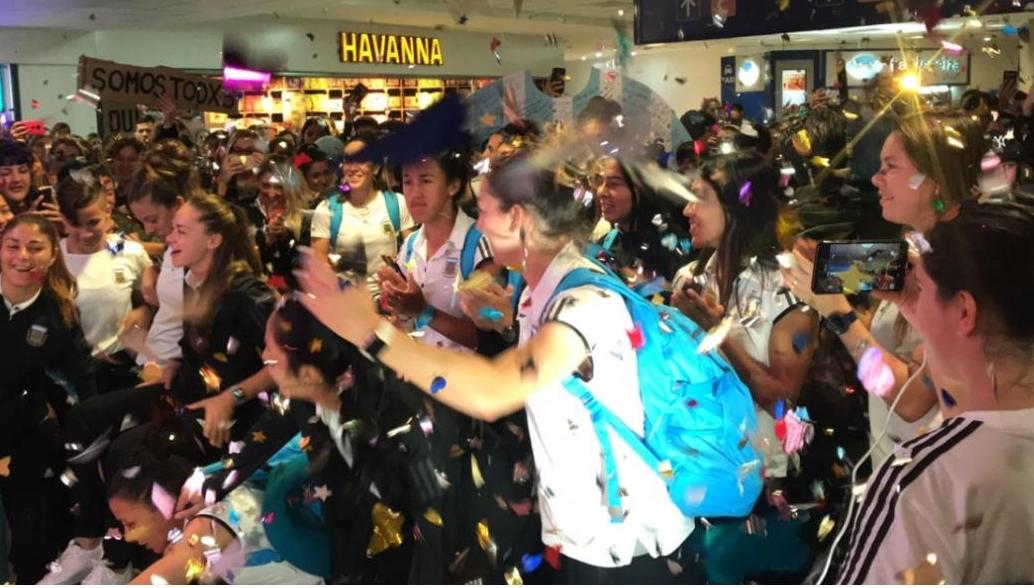 Image result for recibimiento ezeiza mundial femenino argentina