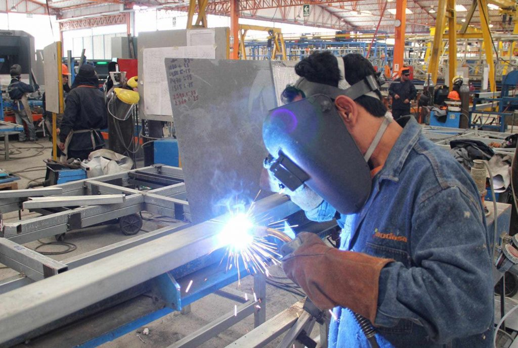 Fuerte desplome de la industria: Cayó casi 7% en junio y acumuló ...