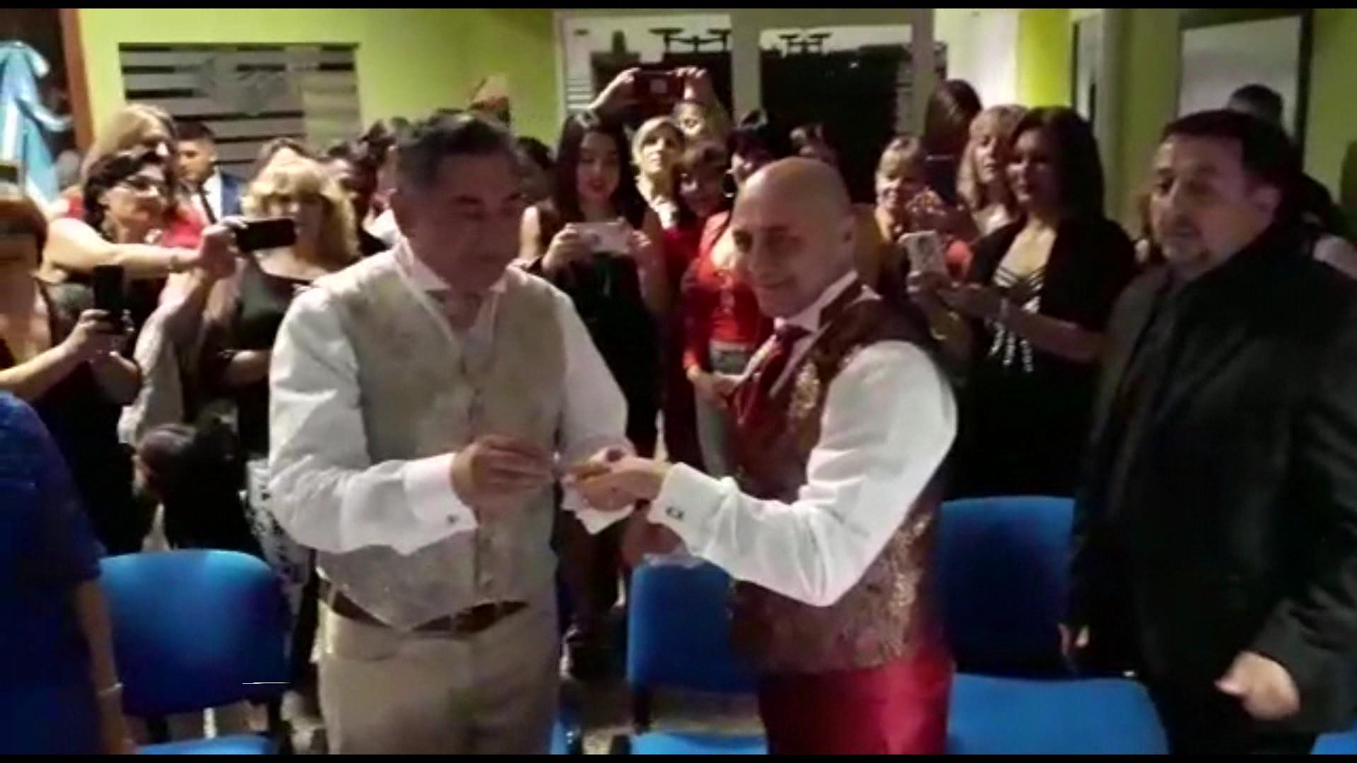 Emotiva ceremonia en el casamiento igualitario en Alpa Corral - Telediario Digital